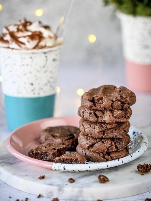 Kapka enamelware tumbler and cookies